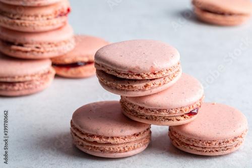 Fotografiet Macarons roses à la framboise fait maison sur un fond gris