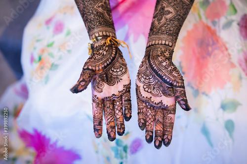 Canvas-taulu Indian Punjabi Sikh bride's wedding henna mehendi mehndi hands close up