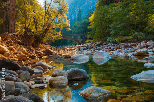 Fotomural A creek with rocks and trees in Yosemite