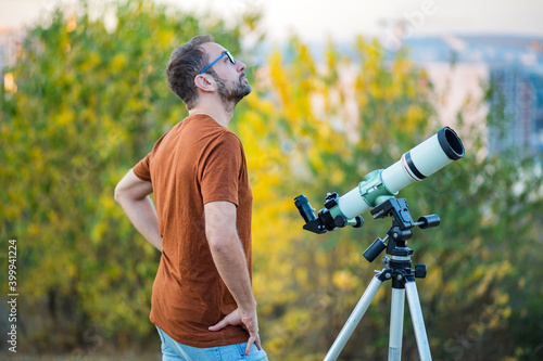 Tableau sur Toile Amateur astronomer looking at the sky with a telescope.