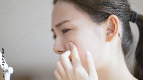 Valokuvatapetti 若い女性がスキンケアをしている