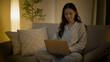 パソコンを使っている若い女性