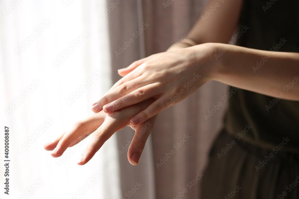 Fototapeta kobieta dezynfekuje ręce żelem antybakteryjnym przed wirusami dezynfekcja rąk