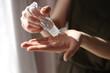 kobieta dezynfekuje ręce żelem antybakteryjnym przed wirusami dezynfekcja rąk