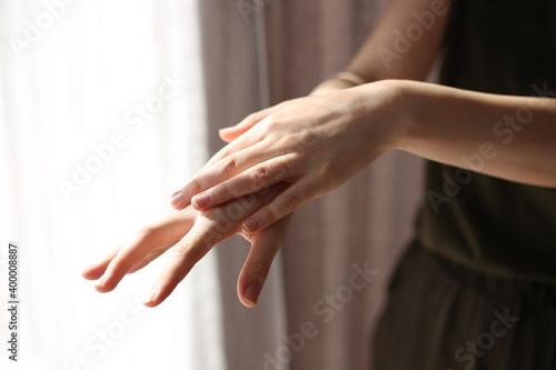 Fototapeta kobieta dezynfekuje ręce żelem antybakteryjnym przed wirusami dezynfekcja rąk  obraz