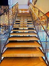 LEDイルミネーションで飾られた階段