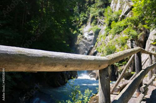 фотография Sentiero che porta alla cascata Lares nel parco Adamello-Brenta nella val di Gen
