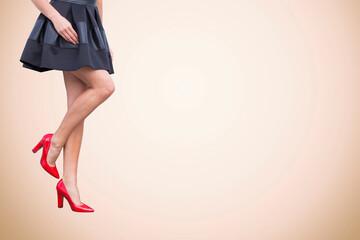 Kobiece nogi w szpilkach na kolorowym wyizolowanym tle, reklama moda i obuwie.