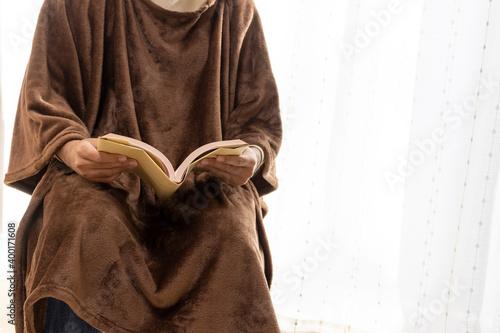 Valokuvatapetti 温かい恰好で読書をする男性