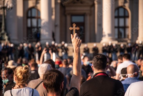 Fotografia Orthodox believers protest in front of Assembly of the Republic of Serbia