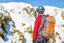 Subida A La Cumbre Nevada De La Montaña