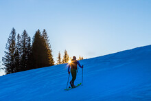 Tourengehen - Tourenski - Skifahrer - Hang - Sonnenuntergang - Allgäu