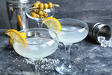 Fototapeta Kawa jest smaczna - Glasses of tasty martini with olives and lemon on grunge background
