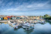 Ancien Port De Pêche Avec Baraque De Pêcheurs Colorées Et Bateau D'ostréiculteur Sur L'île D'Oléron En France