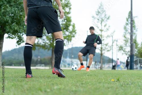 Canvastavla 公園でサッカーをする若い男性