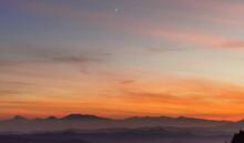 Tramonto Sulle Montagne, Colline E Valli Dell'Appennino Con La Luna Nel Cielo
