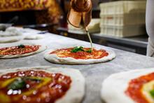 Pizza Cruda Napoletana Con Sugo Di Pomodoro, Olio E Basilico Pronta Per Essere Infornata