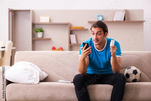 Billede på lærred Sport bet addicted young man betting at home