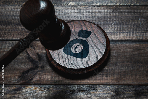 Carta da parati A judge's wooden gavel hits the shield with a money icon