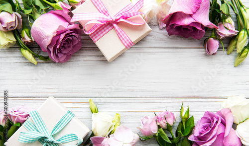 Obraz Pink roses and gift boxes - fototapety do salonu