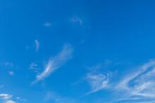 Céu Azul Com Algumas Nuvens Brancas.