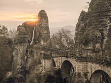 Sonnenaufgang Hinter Den Felsen Der Steinernen Sandsteinbrücke Im Nationalpark Sächsische Schweiz.