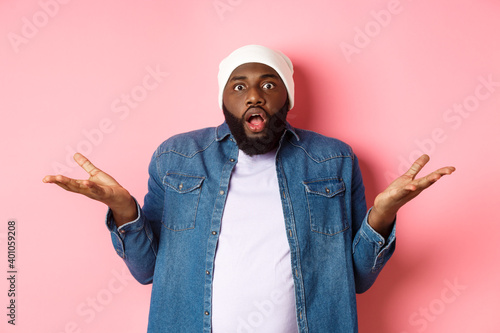 Photographie Confused and shocked african american man spread hands sideways and drop jaw, st