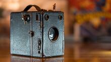 Minifigur Fotografin Steht An Der Kante Einer Alten Boxkamera