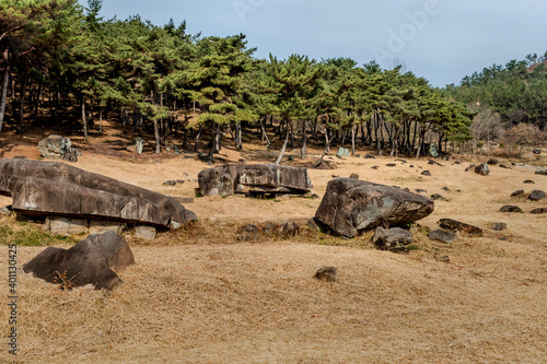 Foto Landscape dolmen burial chambers at neolithic park.