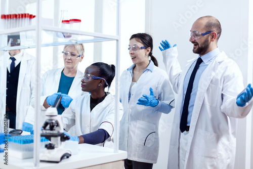 Canvas Print Group of scientists with diverse race working to find a cure vor virus during pandemic