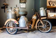 Un'antica Motocicletta Adattata Per La Raccolta Del Latte In Cilento