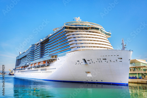 Fotografía Cruise liner in the port