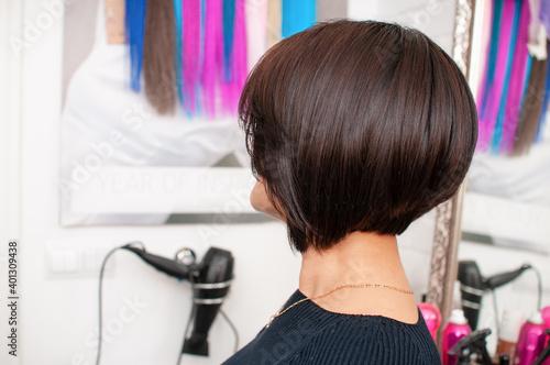 Papel de parede Brunette woman with short bob haircut in a beauty salon