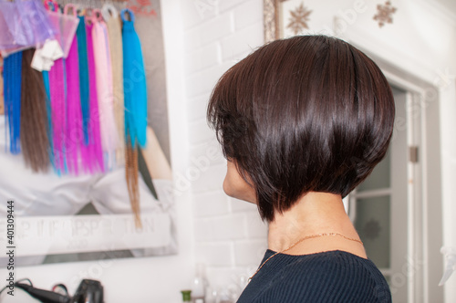 Foto Brunette woman with short bob haircut in a beauty salon