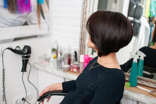Tela Brunette woman with short bob haircut in a beauty salon