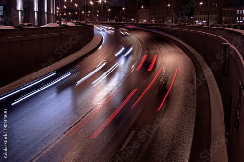 Foto blurred lights of cars on the road at night, wet asphalt, long exposure, entranc