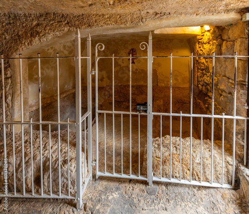 Leinwand Poster Burial chamber Interior of Garden Tomb considered as place of burial and resurre