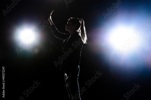 Photo Silhouette of sad woman posing isolated on dark background.