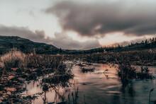 Paisaje De Un Río Con Un Cielo Nublado