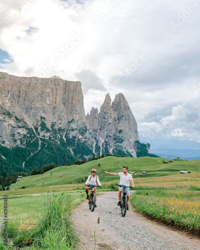 Fotografía couple men and woman on vacation in the Italian Dolomites Italy