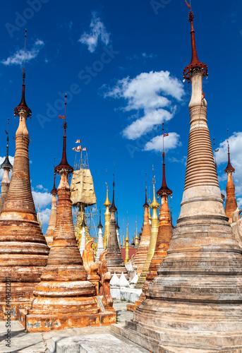 Obraz na plátně Stupas du temple Shwe In Dein au Lac Inle, Myanmar