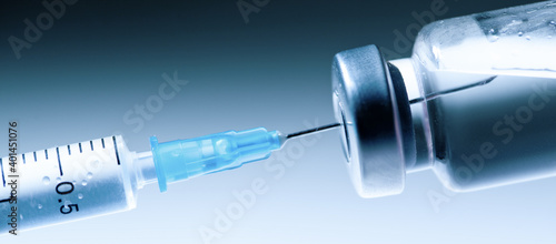 Foto Medical syringe with a needle and a bollte with vaccine.