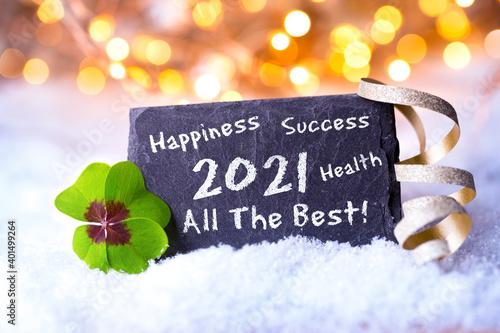 Frohes Neues Jahr 2021 - Karte zum Neujahr mit Glückwünschen auf englisch- Gesundheit, Glück, Erfolg, Alles Gute - Schild im Schnee