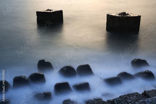 Fotografija 消波ブロックに波が押し寄せる海岸の風景