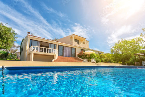 Fotomural A luxury pool with clear blue water overlooking the garden villa