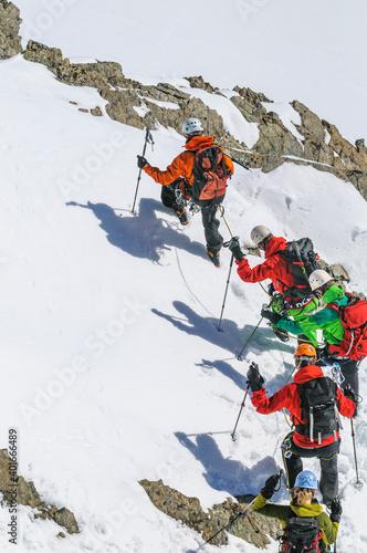 Fotografie, Obraz Bergführer bei einer Hochtour mit Seilschaft