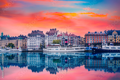 Fotografija Strandvagen boulevard with boats and historic buildings at colorful sunset in st