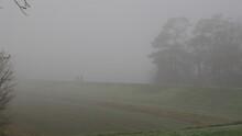 Zwei Menschen Wirken Einsam In Der Ferne Im Nebel Während Der Covid 19 Pandemie Und Erzeugen Ein Gefühl Von Einsamkeit Und Verlassenheit