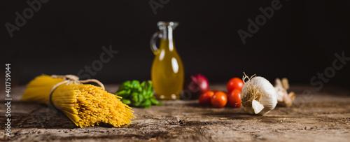 Fototapeta Spaghetti pasta con pomodori, basilico, cipolla e olio di oliva