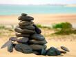 Aufgehäufte Steine an einem Sandstrand auf den Kapverden
